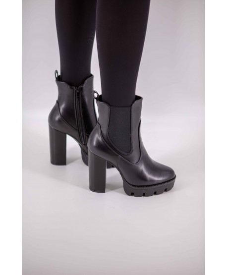 BLACK WIDE-HEELED LEATHER ANKLE BOOTS